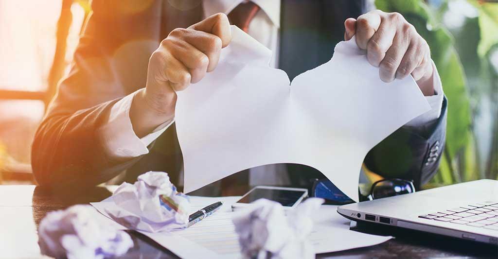 hombre de traje rompiendo un documento, Incumplimiento de contrato en Florida