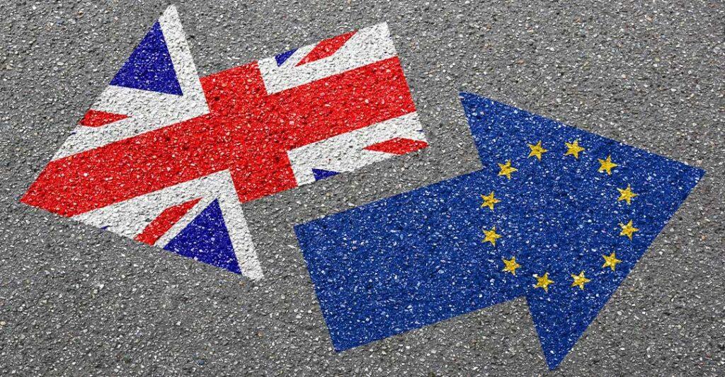 flecha de la bandera del Reino Unido apuntando en dirección opuesta a la flecha de la bandera de la Unión Europea, impacto de brexit en la flroida