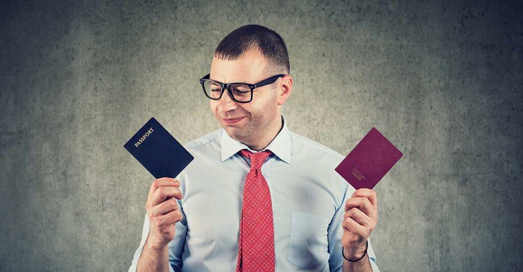 hombre con dos pasaportes, beneficios de la ciudadanía alternativa