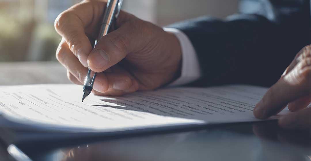 empresario firmando documento, acuerdos de no competencia de florida