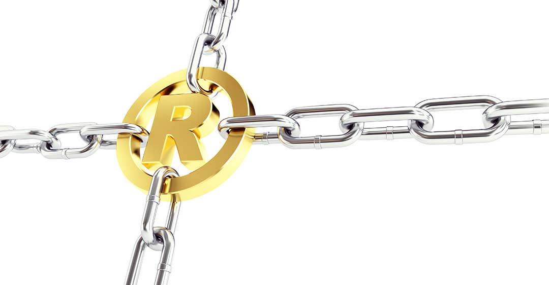 Emblema de marca registrada de oro con cadenas conectadas, intención deliberada en la infracción de marcas, Intención deliberada