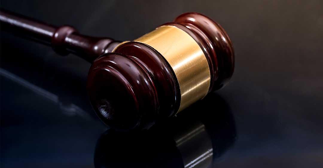 martillo sobre la mesa, resolución de juicio voluntario en florida, juicios de litigio privado