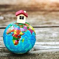 Pequeña casa de juguete en la tierra modelo planeta, patria, propiedad, hogar, administración auxiliar, domiciliaria